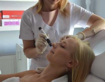 Dr Magdalena Tyc-Tyka:, nakłuwanie powoduje powstawanie w skórze mnóstwa kanalików, przez które jak gąbka wchłania ona nakładane w trakcie zabiegu substancje czynne (fot. MTTEstetica)