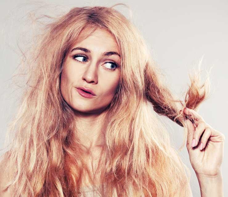 Pranie włosów, tarmoszenie i wykręcanie jak tetrowej pieluchy powinno być karalne. Fot. Fotolia