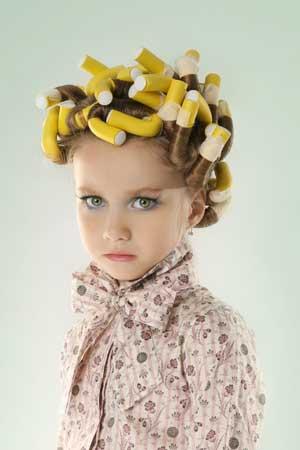 Nie róbcie z małej dziewczynki na Pierwszą  Komunię miniaturowej panny młodej – ostrzega Oskar Bachoń (fot. Fotolia)