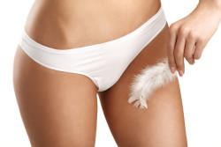 Zabieg depilacji intymnej nie należy do najprzyjemniejszych, za to potem ciało jest gładkie na zawsze (fot. Fotolia)