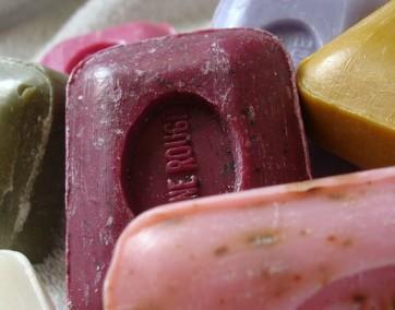 Mydlarnie obiecują nam ręcznie wykonane produkty, z wysokiej jakości składników / fot. Pixabay
