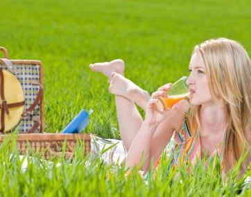 Chwila relaksu ze szklanką świeżego soku  z pomarańczy