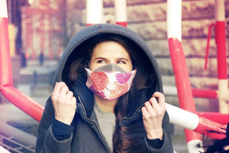 Na ulicach od paru lat można zauważyć coraz więcej ludzi w maskach antysmogowych / fot. materiały prasowe