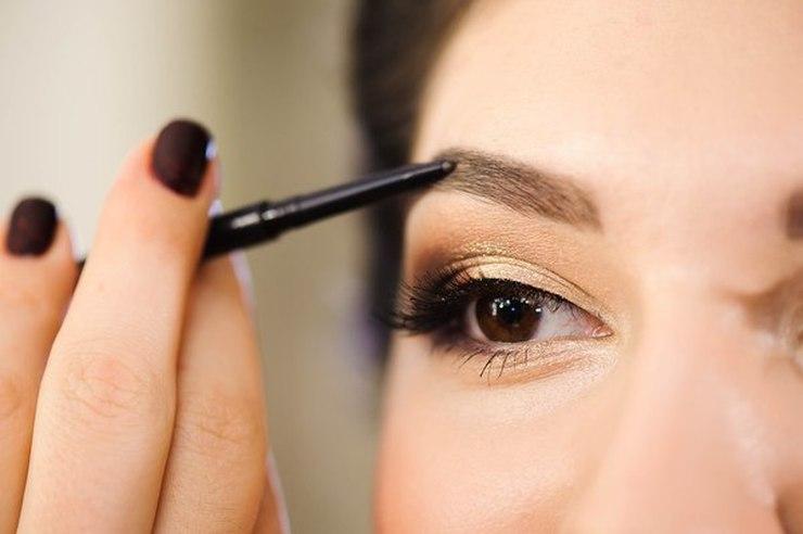Precyzyjnie podkreślone brwi to podstawa makijażu / fot. materiały prasowe