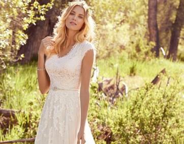 Kobieta w pięknej sukni slubnej