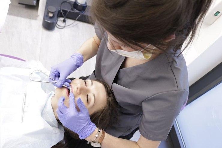 Ortodontka w trakcie wykonywania zabiegu w gabinecie