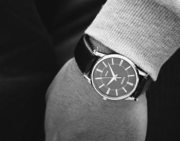 Czarny męski zegarek Casio na ręce