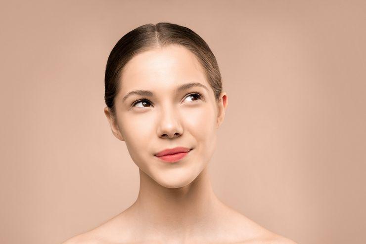 Zabieg odmładzający z wykorzystaniem nieablacyjnego lasera Q-Switch wykonuje doświadczony kosmetolog lub lekarz / fot. materiały prasowe